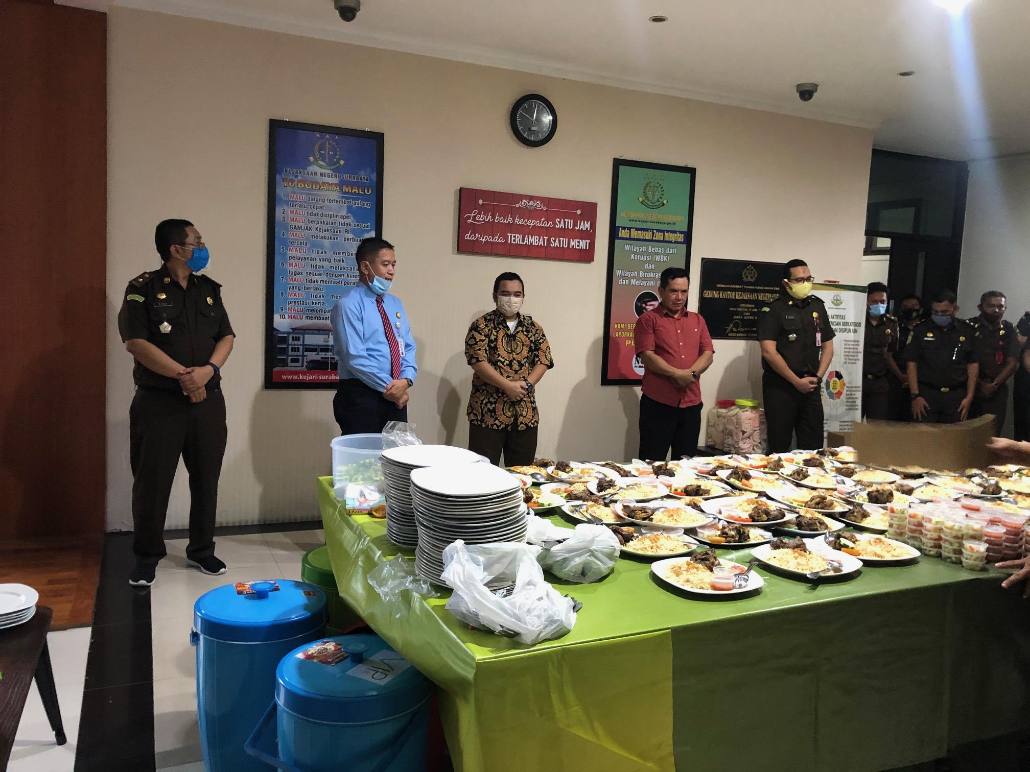berdoa dan makan pagi bersama  seluruh pegawai Kejari Surabaya setelah libur lebaran 26-05-2020