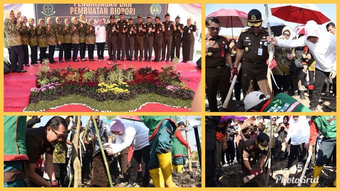 Penanaman pohon bersama Kepala Kejaksaan Tinggi Jatim dan pemerintah kota surabaya dalam rangka Hari Bhakti Adhiyaksa ke-58.